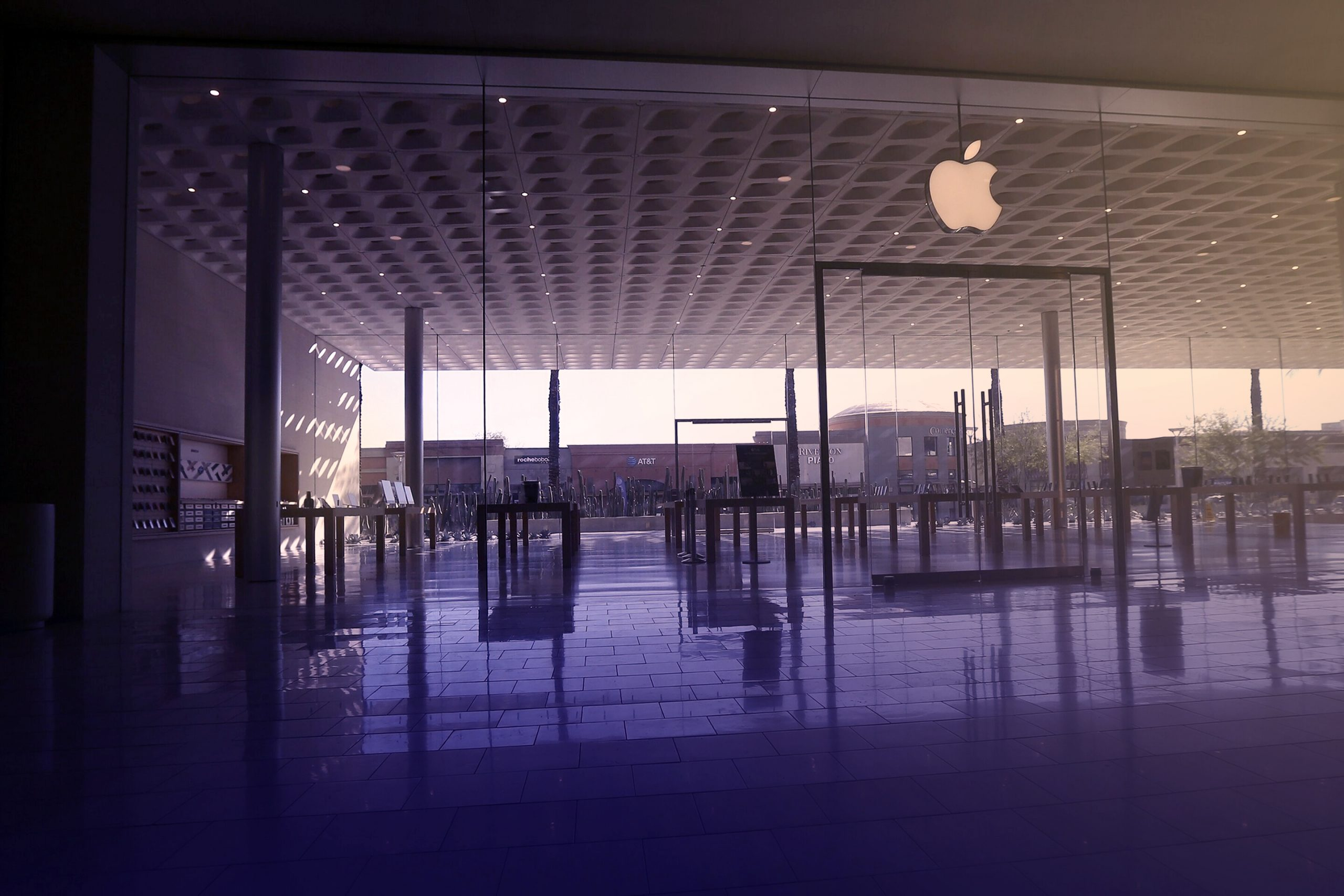 Apple closing stores in four states as wave of new cases emerged